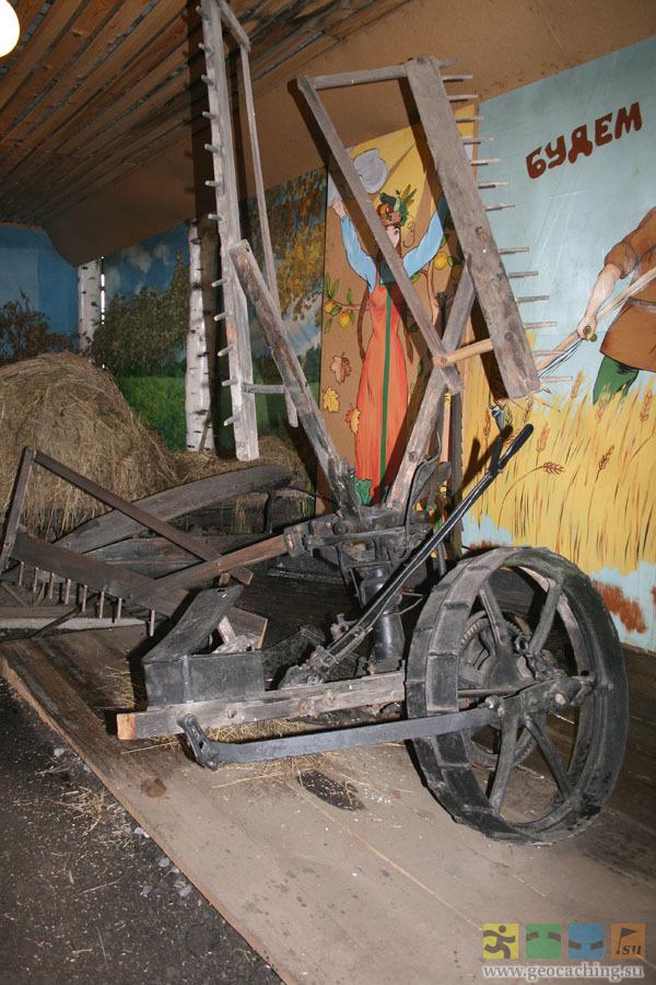 """""""Традиционно на Руси сено заготавливали с помощью косой горбуши, - рассказывает нынешний хранитель музея Леонид..."""