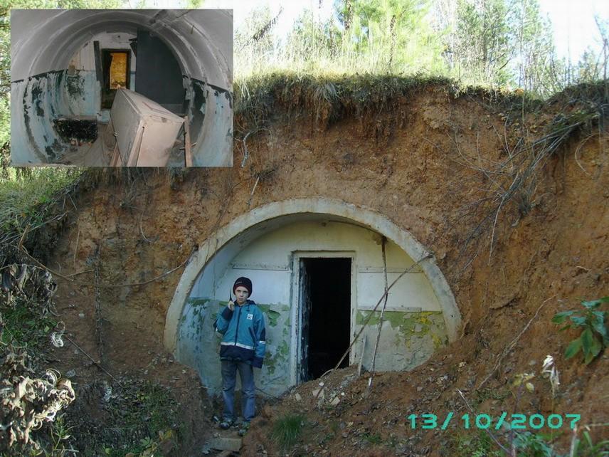 Бункер у подножия холма